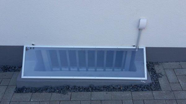 Regenhauben aus UV beständigen Acrylglas. Die vernünftige Art Ihren Keller vor Regen zu schützen!